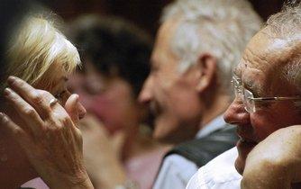 Čeští senioři jsou na penzích od státu závislí. Důchody díky přerozdělování podle studie sice poměrně efektivně chrání před chudobou, propadu životní úrovně ale nezabrání.