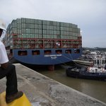 Dělník sleduje čínskou loď Cosco Shipping Panama, která jako první proplouvá rozšířeným Panamským průplavem (Zdroj: ČTK)