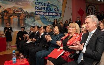 Otevření Konfuciova institutu na VŠFS se účastnil i hradní kancléř Vratislav Mynář.