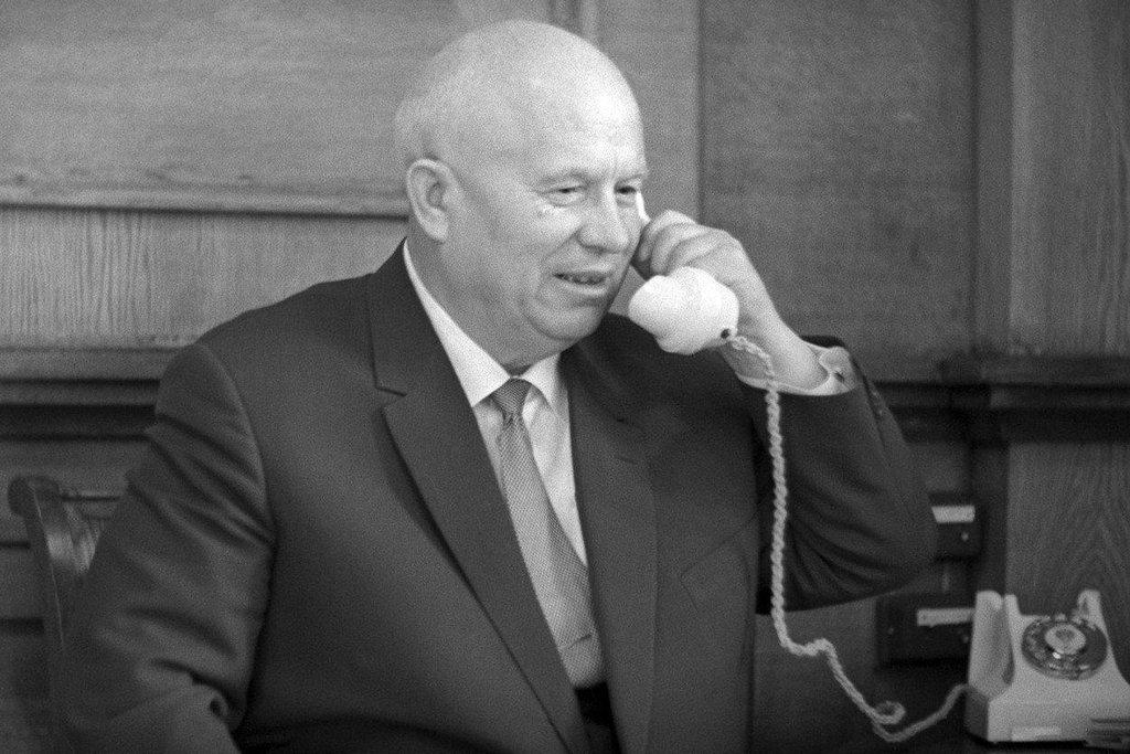 Nikita Chruščov činy svého předchůdce Stalina odsoudil. Proslul svou prchlivou povahou, která se projevila například na Valném shromáždění OSN v roce 1960. Chruščov si tehdy zul botu a zuřivě s ní bušil do řečnického pultu.