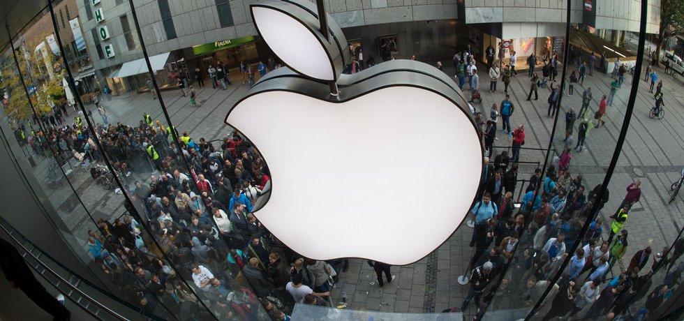 Lidé čekají v Mnichově na nákup nového iPhonu 6
