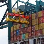 Plnění nákladní lodi kontejnery