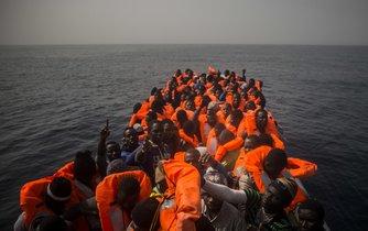 Uprchlíci z Afriky na cestě přes Středozemní moře do Evropy, ilustrační foto