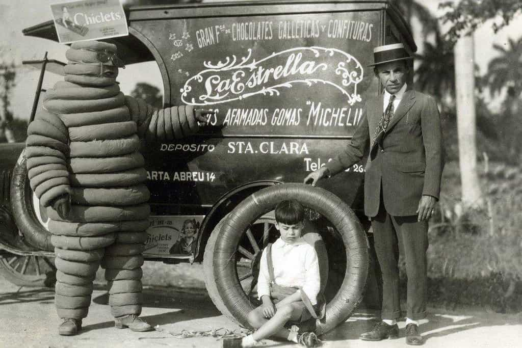 Pohlednice z přelomu století s reklamou na pneumatiky