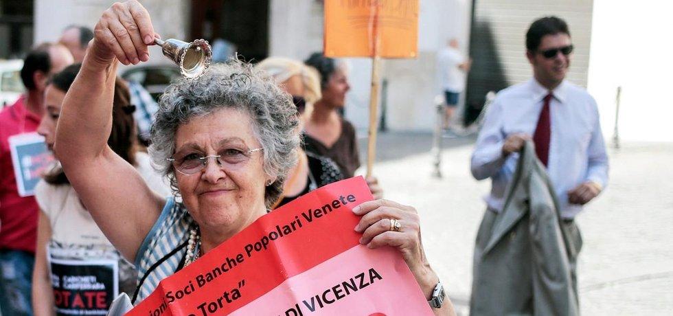 Takto loni v obavách o své úspory manifestovali střadatelé jedné z upadajících italských bank
