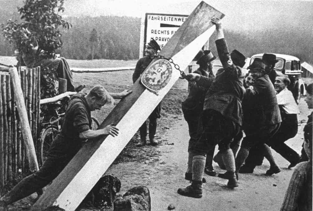 Hraniční orientační sloup Československé republiky (1938). Železné hraniční sloupy v podobě státní vlajky s nápisem Republika československá a heraldickým lvem a korunou byly jedním z hlavních symbolů nezávislosti státu. U hraničních přechodů s celním úřadem se objevily v roce 1925. O třináct let později, při záboru pohraničí, je němečtí vojáci a civilisté strhávali. Tento pochází z moravsko-rakouského pomezí, odkud byl odvezen do výcvikového prostoru v Sankt Polten a loni se vrátil domů.