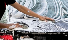 Ruční mytí auta, ilustrační foto