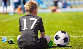 Konec hlavičkám ve fotbale. Ve Skotsku se u dětí bojí vzniku demence