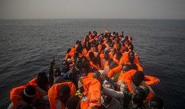 Uprchlíci z Afriky na cestě přes Středozemní moře do Evropy