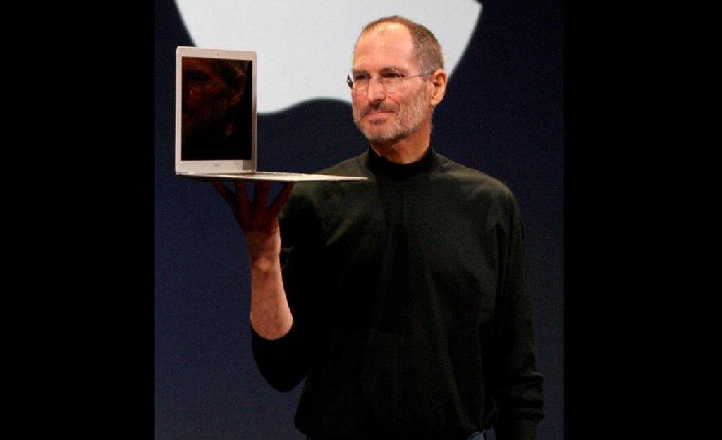 Steve Jobs představuje MacBook Air v roce 2008.