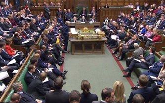 Britská premiérka Theresa Mayová hovoří v parlamentu