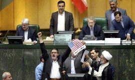 Pálení americké vlajky v íránském parlamentu