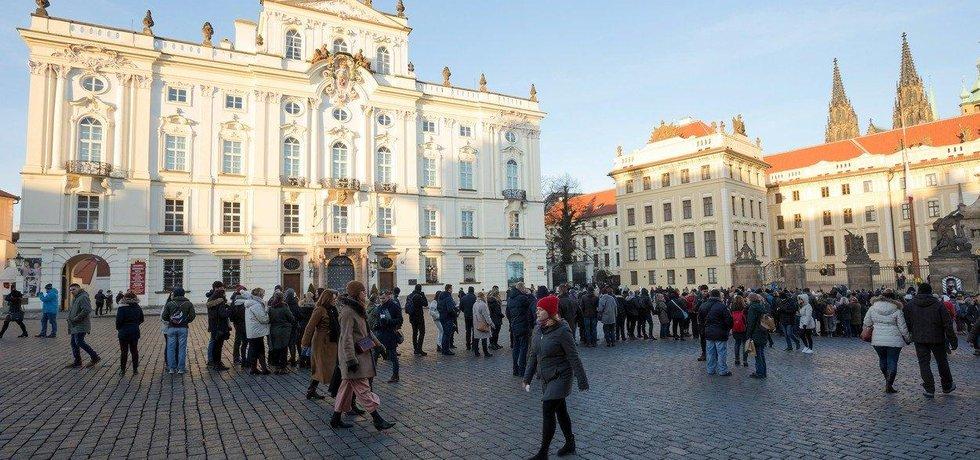 Kvůli vstupní kontrole se před Pražským hradem tvoří dlouhé fronty