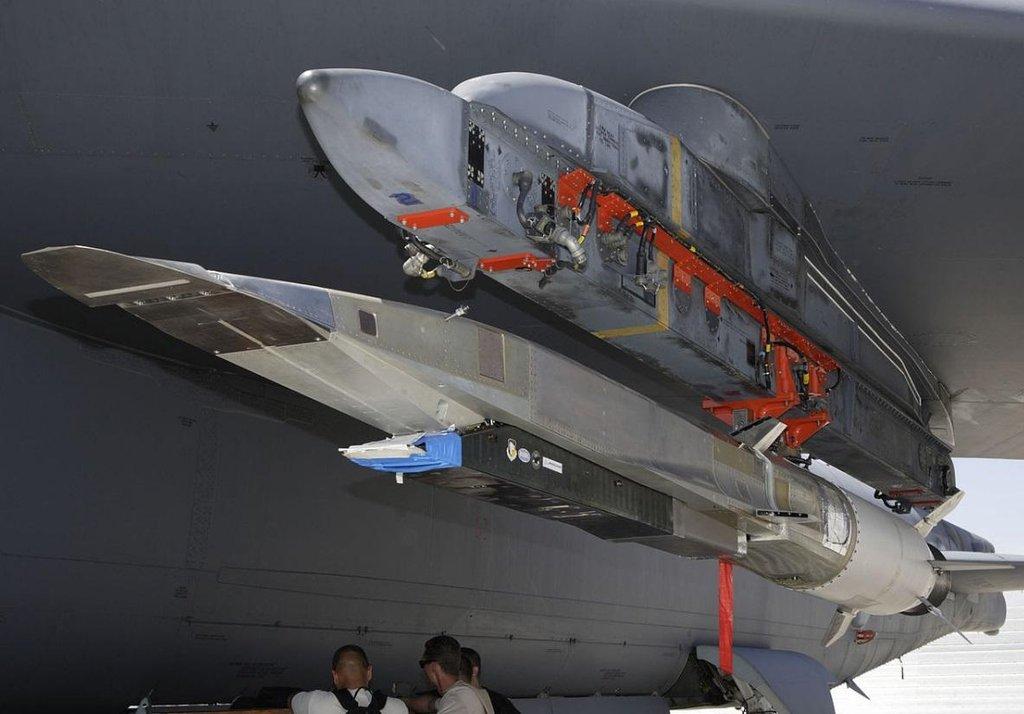 Americká raketa Boeing X-51 Waverider. Úspěšně testována v roce 2013. Dosáhla rychlosti Mach 5. Má být součástí systému High Speed Strike Weapon, jež má být připraven okolo roku 2025. Na snímku X-51A pod křídlem bombardéru B-52 v roce 2009.