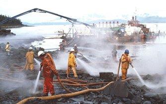 Odstraňování následků havárie ropného tankeru Exxon Valdez v roce 1989, ilustační foto