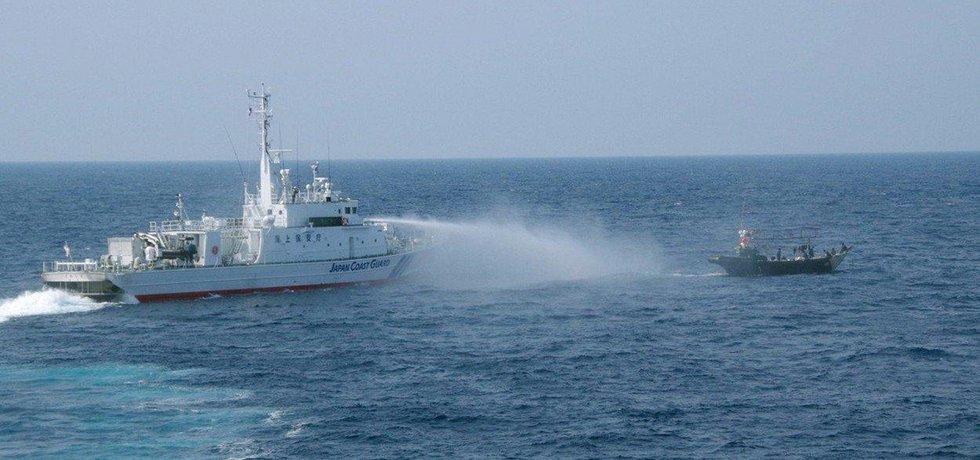 Loď japonské pobřežní hlídky vykazuje s pomocí vodního děla severokorejskou rybářskou bárku ze svých vod