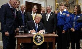 Americký prezident Donald Trump podepisuje nařízení k připravování pilotovaných misí na Měsíc a Mars