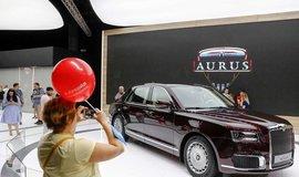 Luxusní limuzína Aurus na moskevském autosalónu.