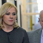 Jana Nečasová, dříve Nagyová, někdejší šéfka kabinetu expremiéra Petra Nečase a jeho nynější manželka obžalovaná ze zneužití Vojenského zpravodajství se dostavila 20. listopadu k Obvodnímu soudu pro Prahu 1. Vpravo je její právní zástupce Eduard Bruna.