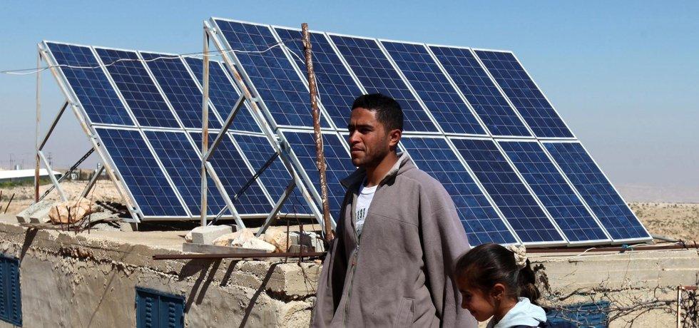 Solární panely v zemi třetího světa (ilustrační foto)