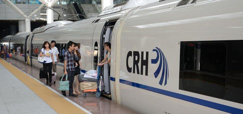 Cestující nastupují do rychlovlaku v čínském městě Šenzen.