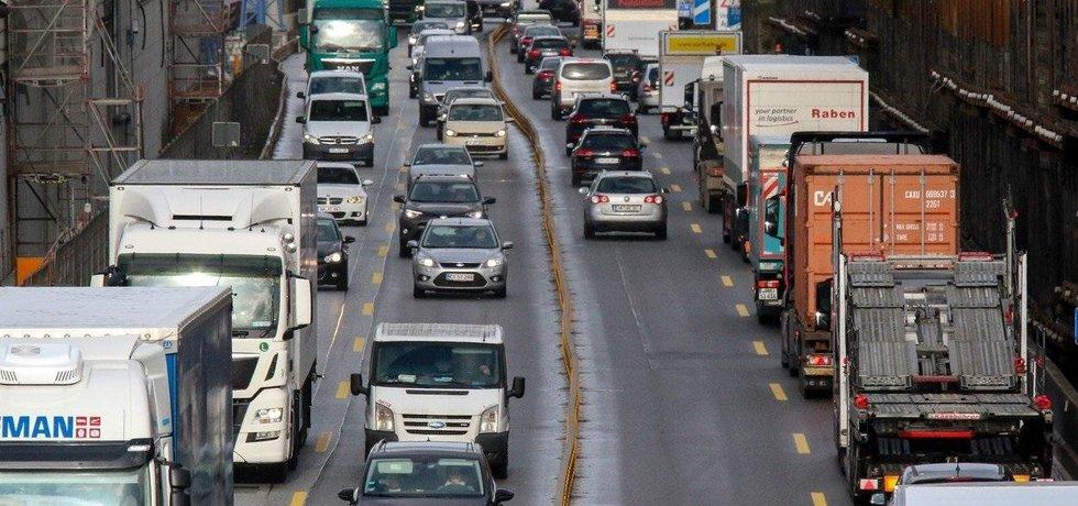 Hustý provoz na německé dálnici, ilustrační foto