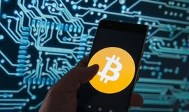 Placení bitcoinem přes mobilní aplikaci, ilustrační foto