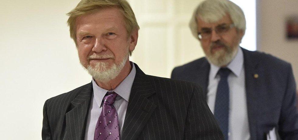 Novým předsedou Nejvyššího správního soudu bude Michal Mazanec (vpředu). Na snímku za ním předseda Nejvyššího soudu Pavel Šámal
