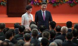 Carrie Lamová a Si Ťin-pching při uvedení Lamové do funkce správkyně Hongkongu