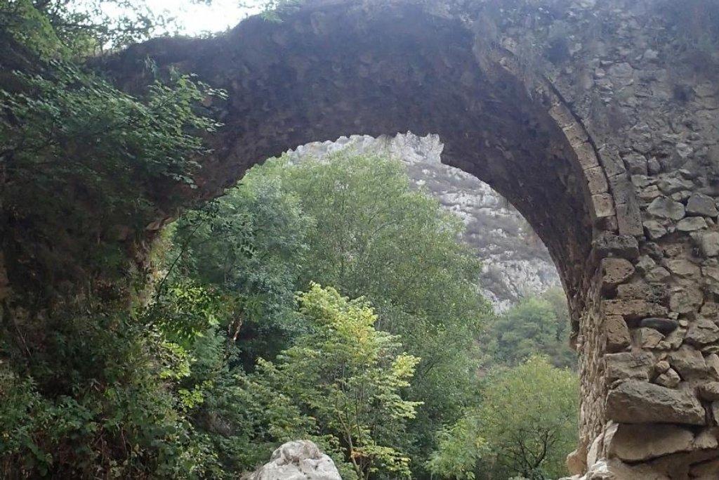 Přes starý kamenný most. Nikde ani živáčka. Karabach na turisty zatím spíše čeká.