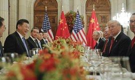 Čínsko-americké jednání. V popředí čínský prezident Si Ťin-pching a jeho americký protějšek Donald Trump