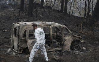 Ohořelý vrak auta v Pontevedře v regionu Galícia na severozápadě Španělska, v němž zřejmě přišly o život dvě ženy