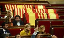 Členové Katalánské lidové strany přinesli do parlamentu v Barceloně před hlasováním o referendu katalánské vlajky