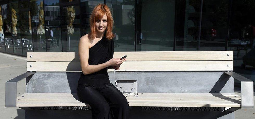 Chytrá lavička, která umí dobít mobilní zařízení, byla představena 29. září v Praze. Lavička využívá pouze solární energii a dokáže dobít telefony, tablety, čtečky nebo fotoaparáty, poskytnout internetové připojení či monitorovat znečištění ovzduší. Na snímku je její designérka Zuzana Jirkalová.