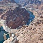 Hráz je vysoká 220 metrů a dlouhá 379 metrů. Maximální hloubka je 180 metrů.