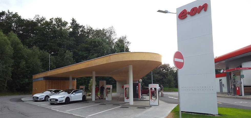 Stanice Tesla Supercharger na D1 u Humpolce