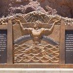 Během stavby zemřelo přes sto dělníků. Jejich oběť připomíná pomník Oskara J. W. Hansena.