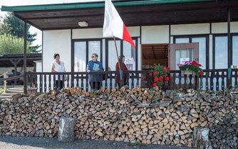 Volí se na nejrůznějších místech. Volební místnost v zahrádkářské kolonii ve Frýdlantu na Liberecku.