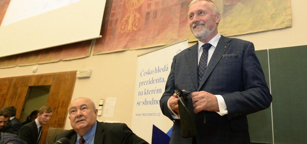 Prezidentský kandidát Mirek Topolánek. Vlevo jeho konkurent Petr Hannig