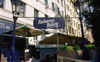 Hosté ubytovaní prostřednictvím služby Airbnb utratili v pražských restauracích za posledních 12 měsíců 853 milionů korun (ilustrační foto)