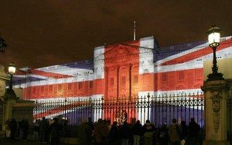 Buckinghamský palác s britskou vlajkou. Ilustrační foto.