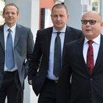 Zpravodajec Jan Pohůnek a dva bývalí ředitelé Vojenského zpravodajství Milan Kovanda a Ondrej Páleník přicházejí k soudu, kde si vyslechli osvobozující rozsudek