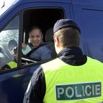 Policisté a celníci kontrolují vozidla vjíždějící do tržnice Sapa v Praze