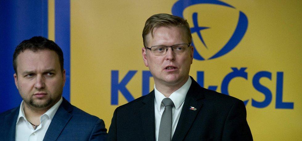 Předseda lidovců Pavel Bělobrádek (vpravo) a 1. místopředseda strany a ministr zemědělství Marian Jurečka