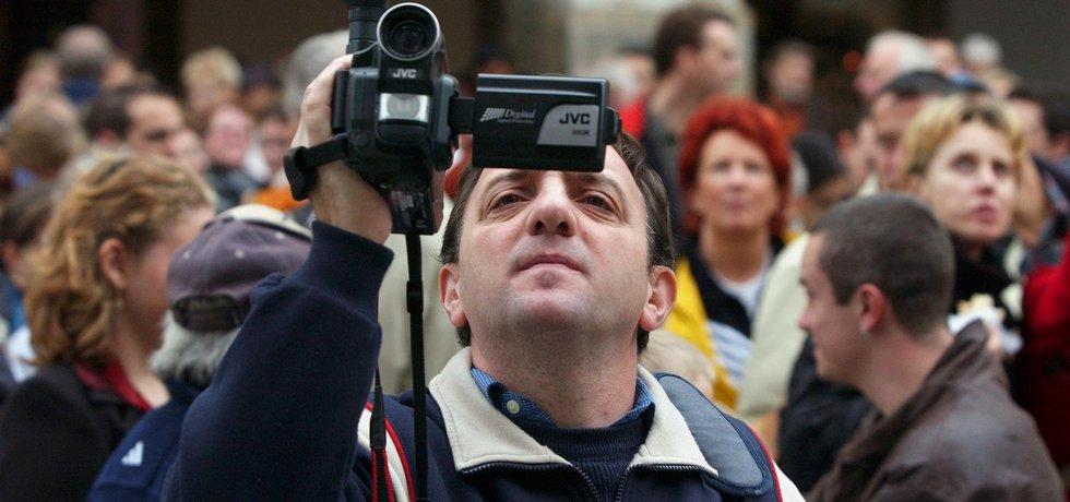 Turisté na Staroměstském náměstí v Praze, ilustrační foto