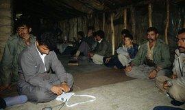 Pašeráci drog z řad íránských Kurdů Kurdish smugglers from Iran odpočívají ve stanovém táboře v Iráku po překročení nebezpečné hranice