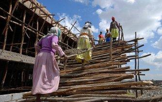 Dělnice na staveništi v etiopské metropoli Addis Abeba