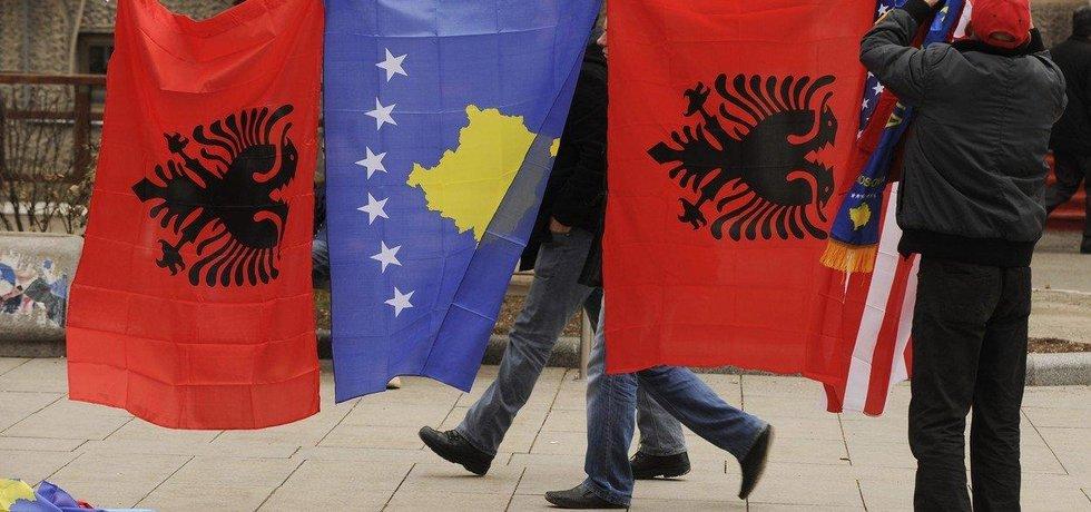 Kosovské a albánské vlajky, ilustrační foto
