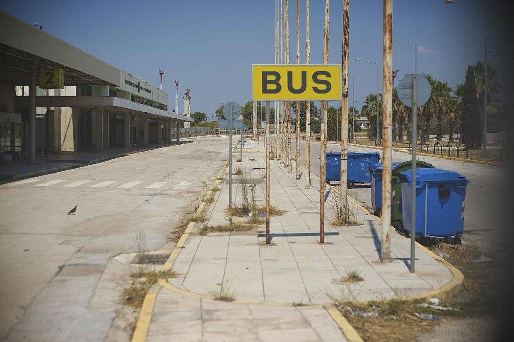 Chátrající letiště Hellinicon v Athénách. Terminál autobusů před letištní budovou.