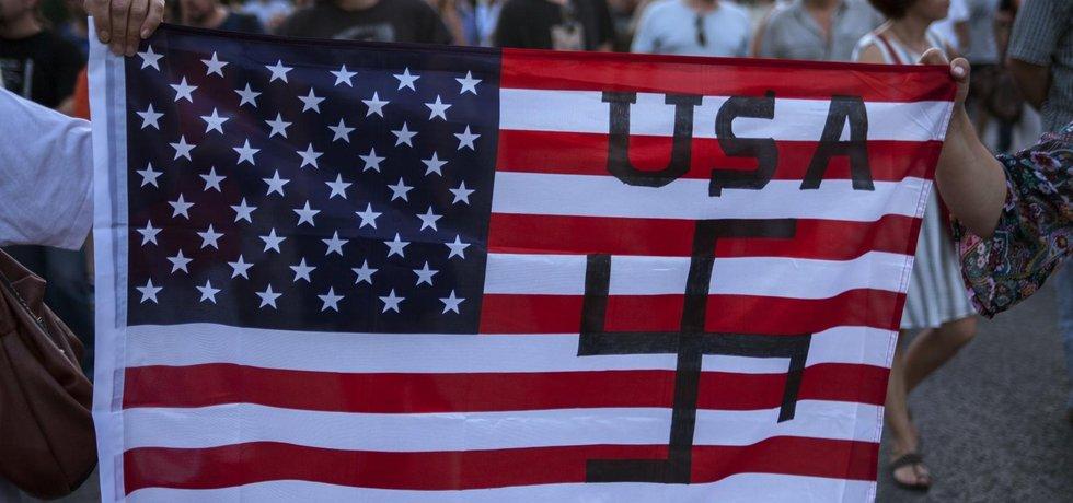 Americká vlajka se svastikou (Zdroj: ČTK)